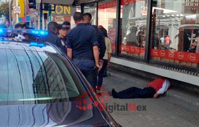 CONFUNDEN A SUJETO EBRIO Y DORMIDO CON MUERTO EN CENTRO DE TOLUCA
