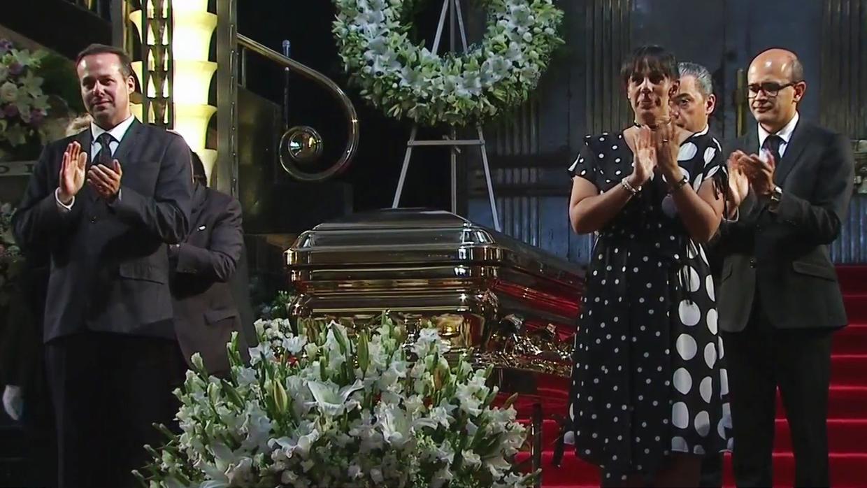 ANEL NOREÑA Y SUS HIJOS ENCABEZAN EL CORTEJO FÚNEBRE DE JOSÉ JOSÉ