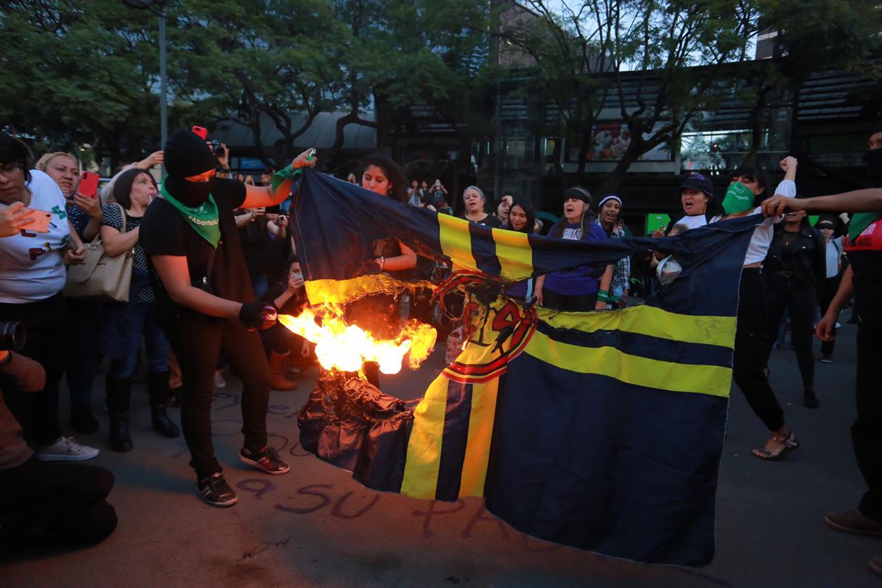 FEMINISTAS PROTESTAN EN LA GLORITA DE INSURGENTES CONTRA BURLA DEL CLUB AMÉRICA