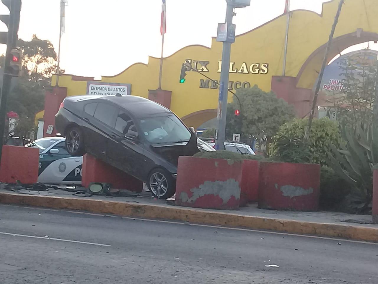 AUTO SE VUELCA Y CHOCA CONTRA MACETAS DE SIX FLAGS