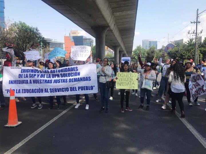 ESTUDIANTES DE LA UPN BLOQUEAN PERIFÉRICO SUR