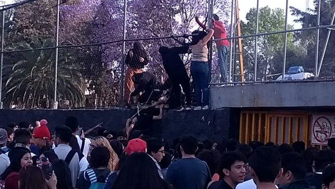 DESALOJAN EN PREPA 5 DE LA UNAM TRAS ACTOS DE VIOLENCIA POR ENCAPUCHADOS