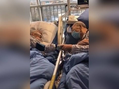 ABUELITOS CON CORONAVIRUS SE TOMAN DE LA MANO Y SE DESPIDEN EN EL HOSPITAL
