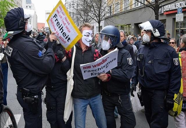 EN ALEMANIA, CIUDADANOS PROTESTAN CONTRA RESTRICCIONES POR EL COVID-19