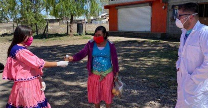 ESTUDIANTE TARAHUMARA HACE GEL ANTIBACTERIAL A BASE DE HIERBAS PARA COMUNIDADES INDÍGENAS