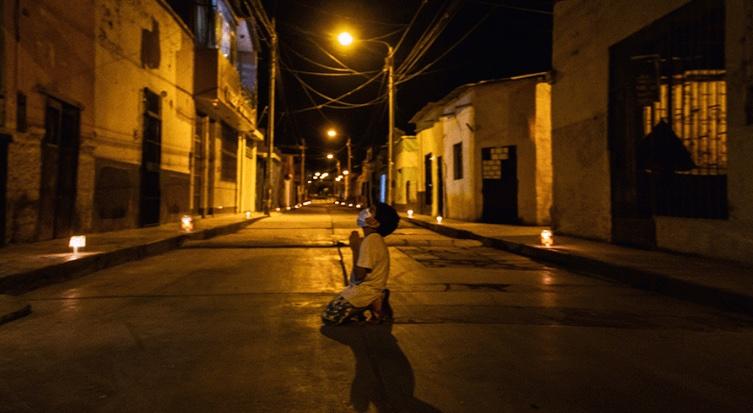 CAPTAN A NIÑO PERUANO REZANDO POR EL FIN DEL COVID-19