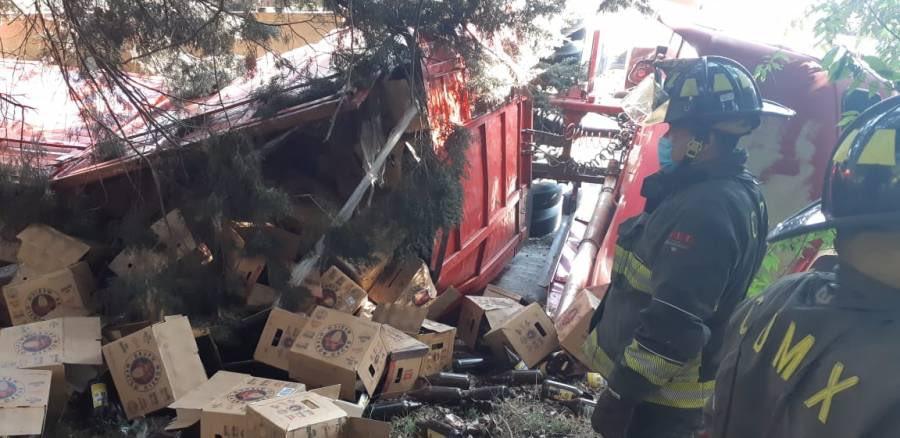 VUELCA CAMIÓN DE CERVEZAS EN LA MÉXICO-CUERNAVACA